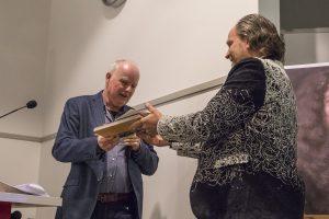 Redactie-voorzitter Peter van de Steenoven overhandigt het eerste exemplaar van het Jaarboek en de educatieve uitgave 'Vrede van Breda' aan Frits de Ruyter de Wildt.